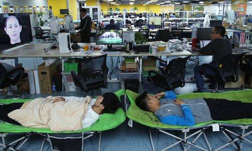 Сотрудники одного технологического стартапа спят на работе