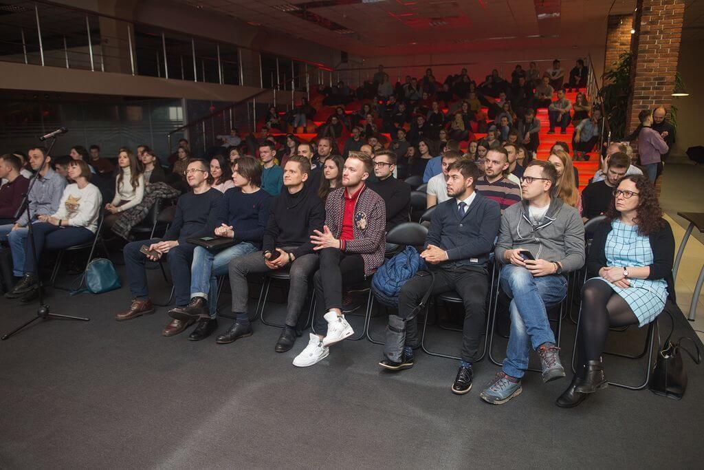 Аудитория слушает о выходе на Product Hunt