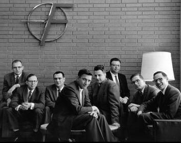 Fairchild Semiconductor. Слева направо: Гордон Мур, Шелдон Робертс, Юджин Кляйнер, Роберт Ноис, Виктор Гринич, Юлиус Бланк, Жан Эрни и Джей Ласт. 1960 г. Wiki.
