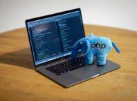 На ноутбуке стоит мягкая игрушка - синий слоник с эмблемой PHP.