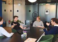 Четверо людей что-то обсуждают в отдельном кабинете.