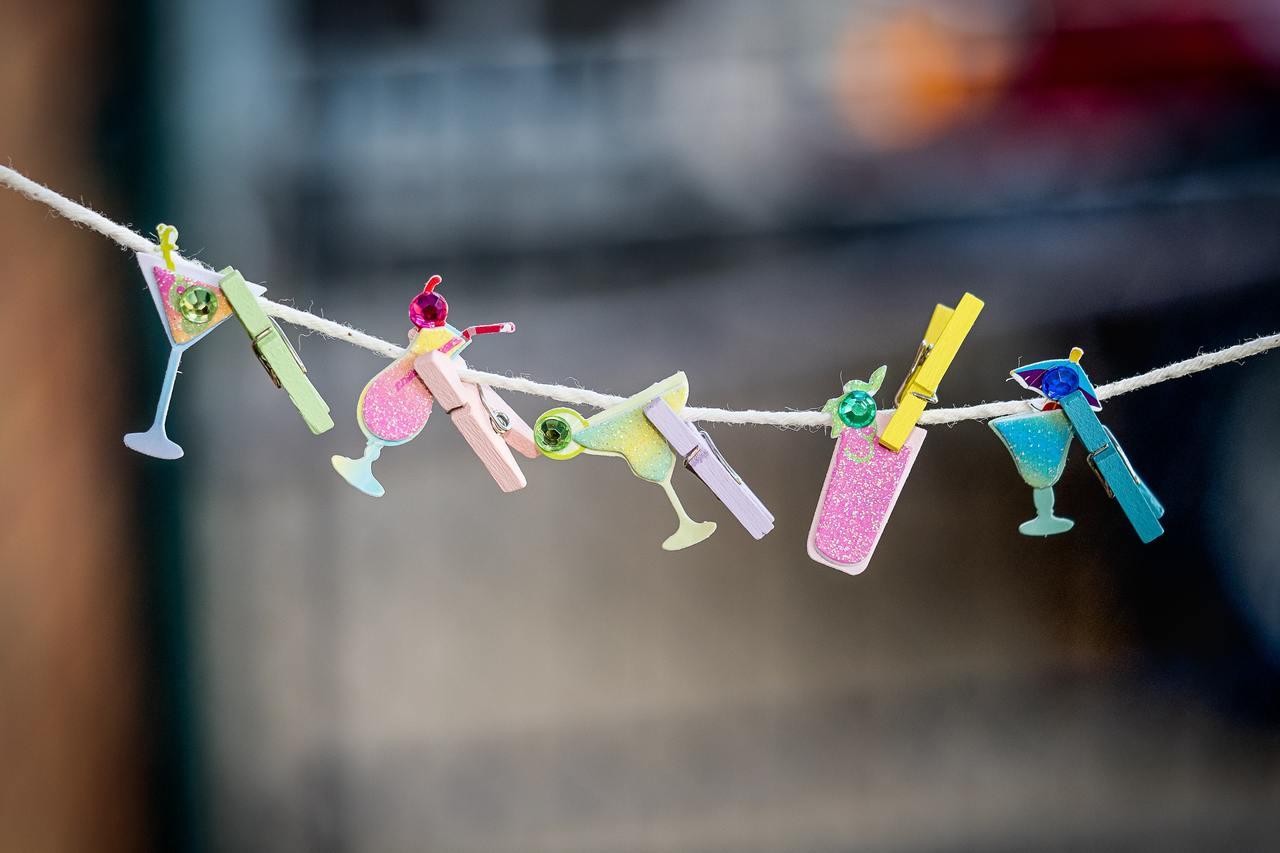 К веревке прищепками прикреплены элементы декора для вечеринки.