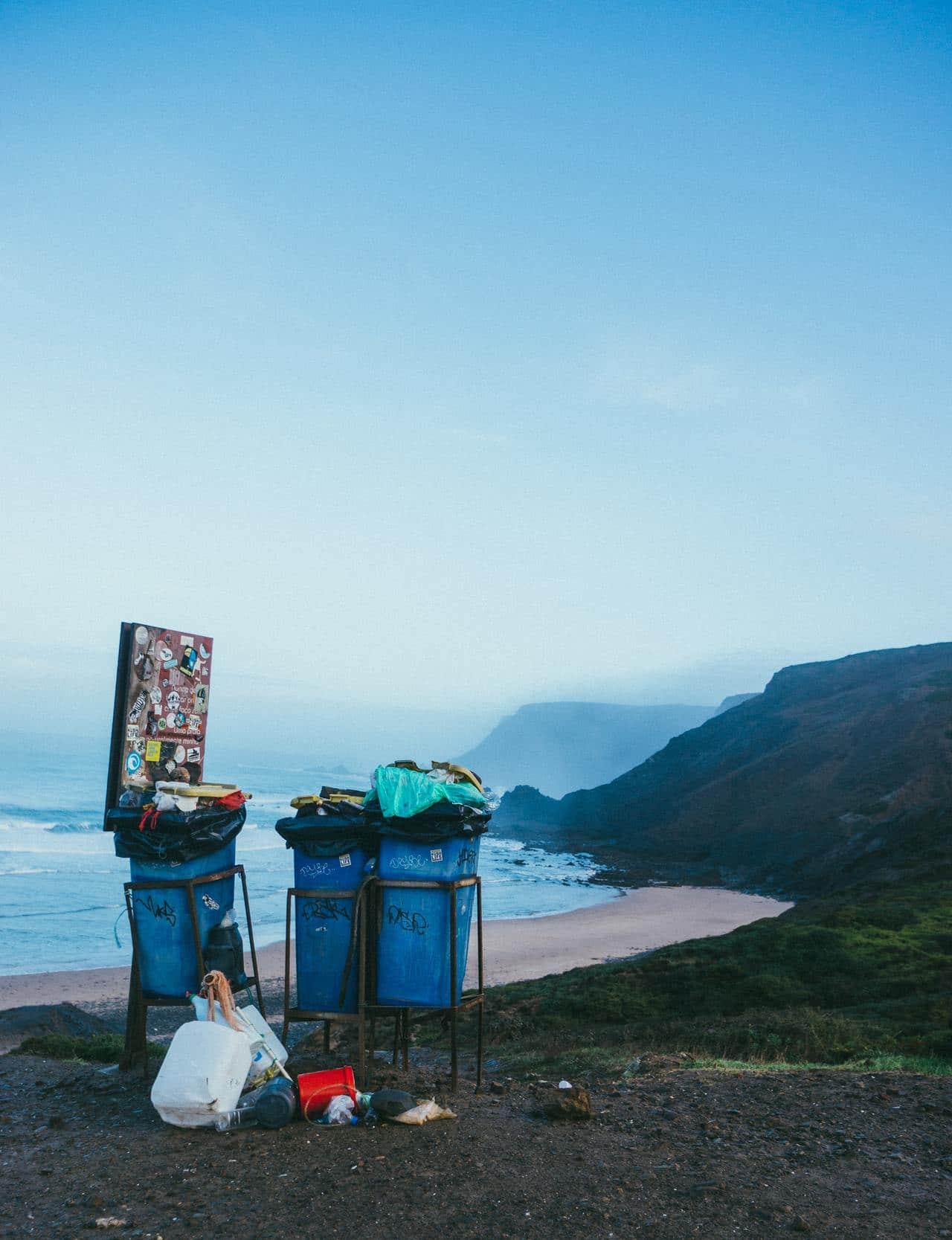 Контейнеры для мусора на побережье.
