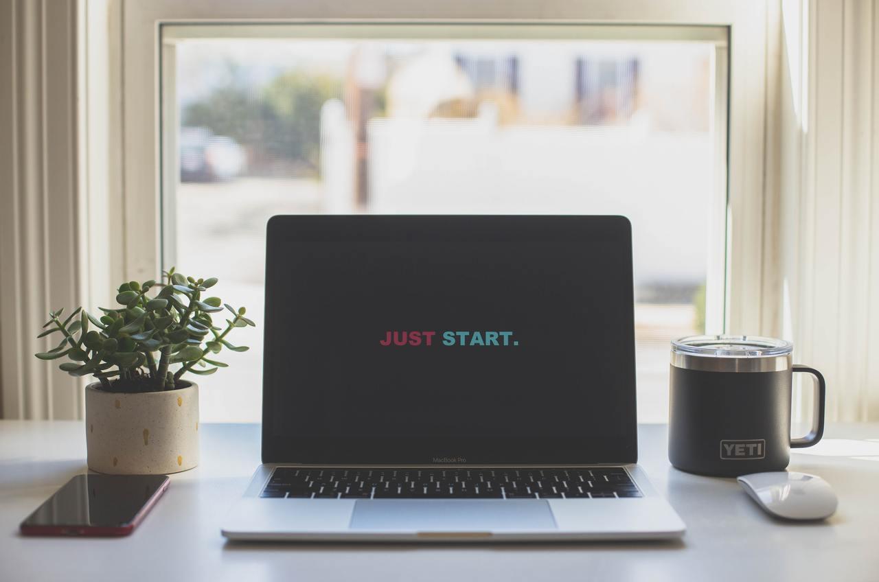 """На экране ноутбука слова: """"Just start""""."""