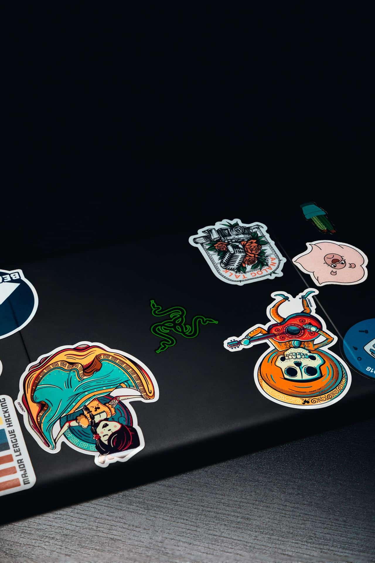 Закрытый ноутбук с наклейками на корпусе.