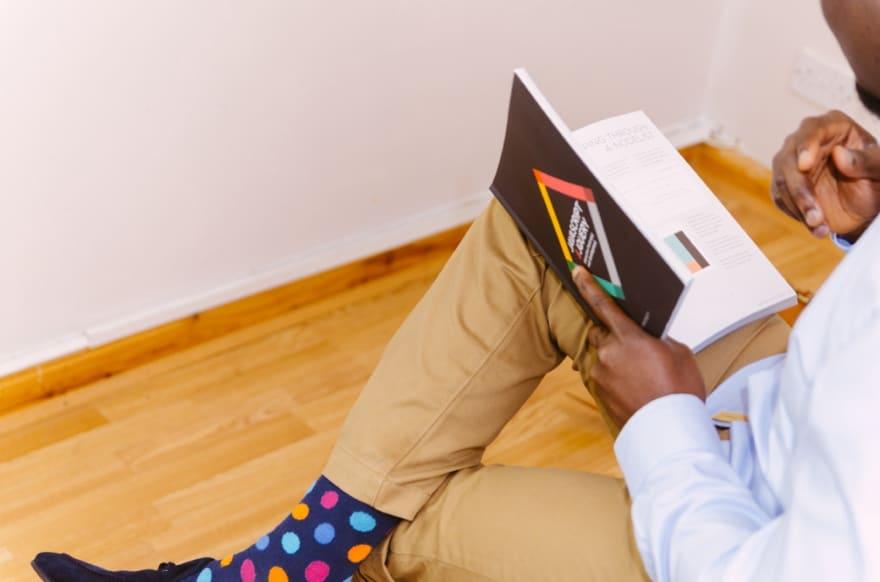 Мужчина читает книгу о JavaScript.