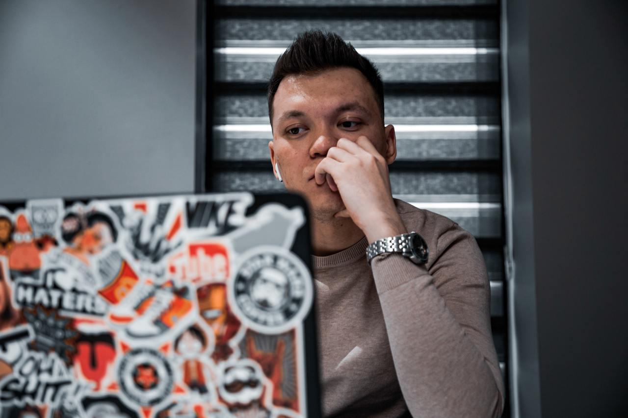 Программист смотрит на экран ноутбука