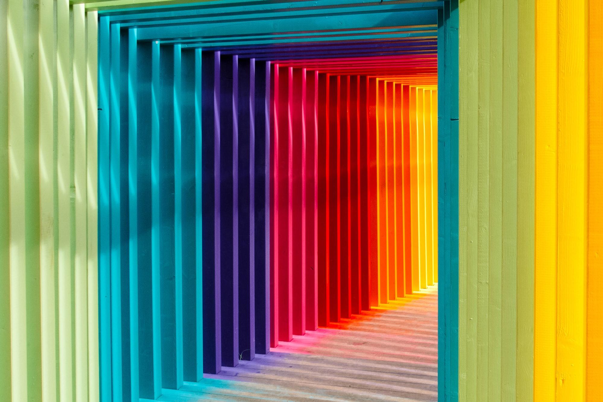 Коридор из арок всех цветов радуги