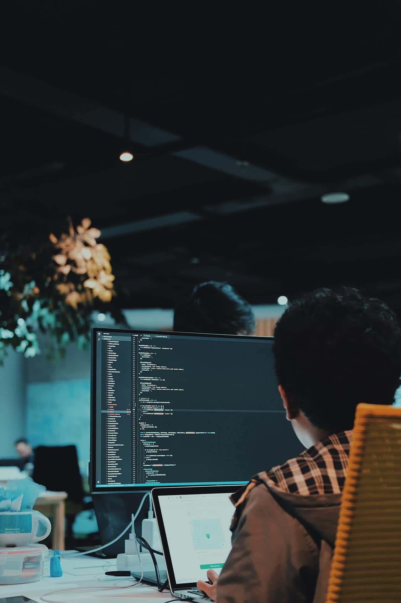 Разработчик пишет код