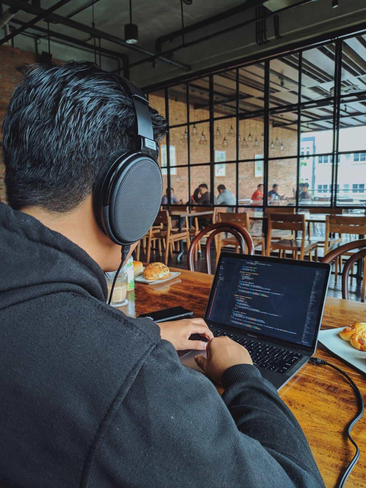 Программист работает в обеденной зоне