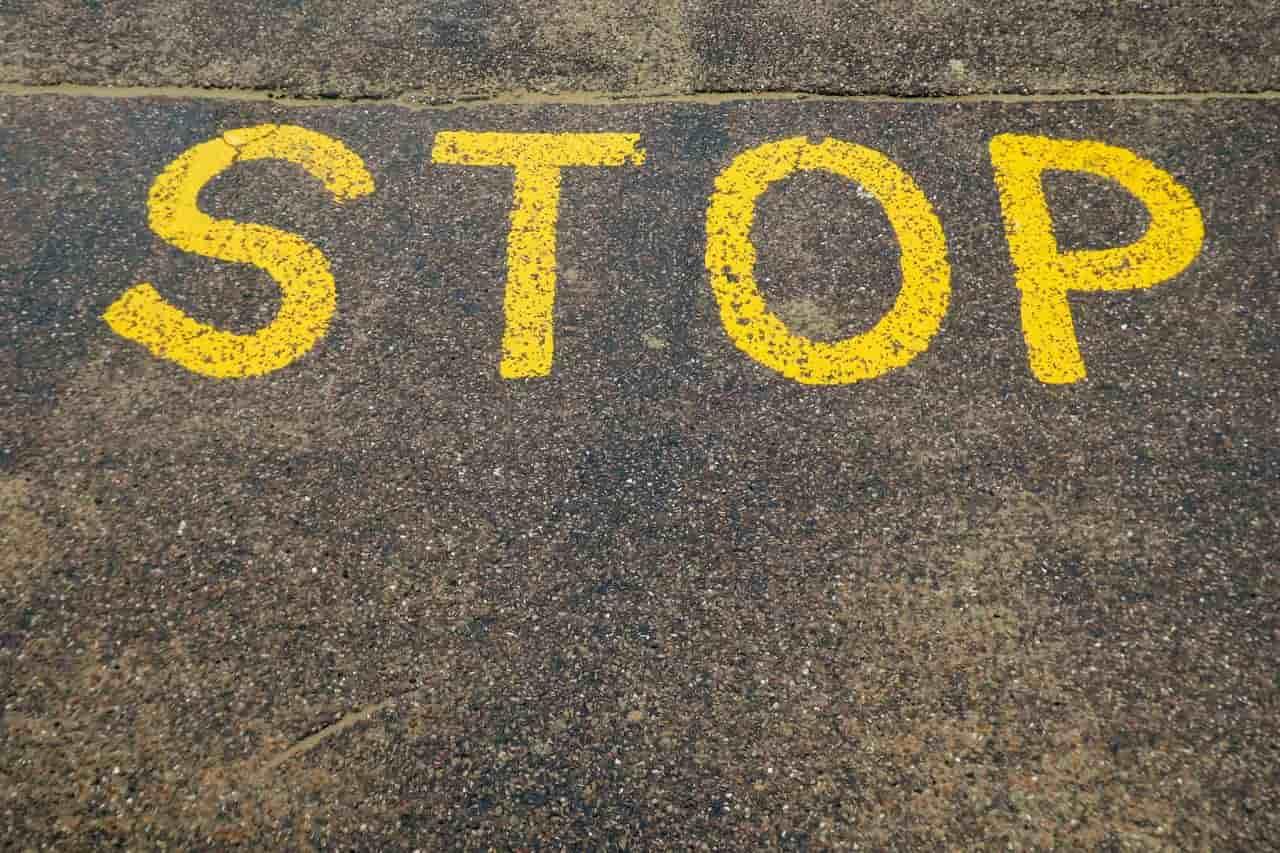 Надпись STOP на асфальте