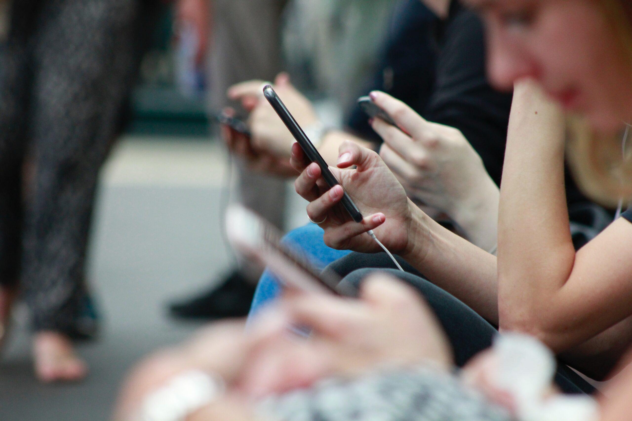 Люди смотрят в телефоны
