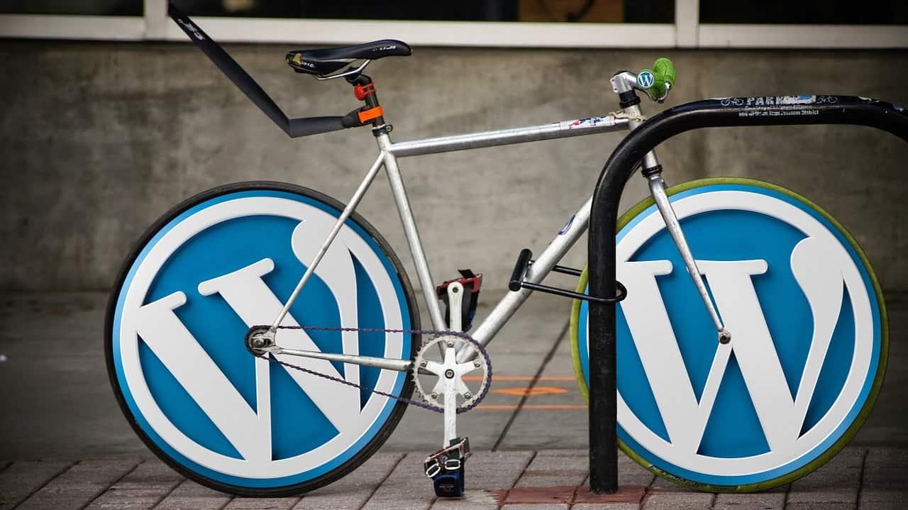 Велосипед с колесами в виде эмблемы WordPress