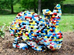 Скульптура: кролик из компонентов Лего