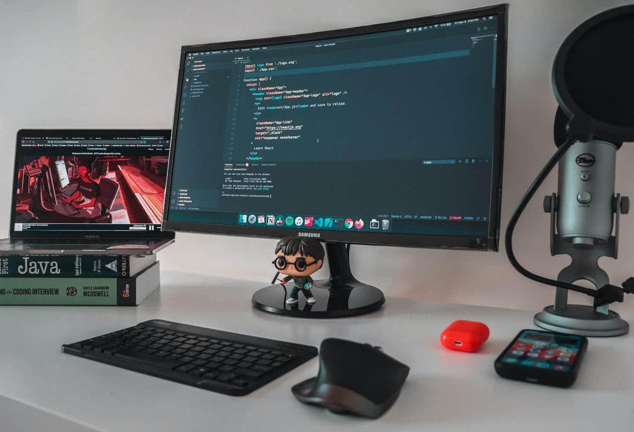 На экране открыт редактор VS Code